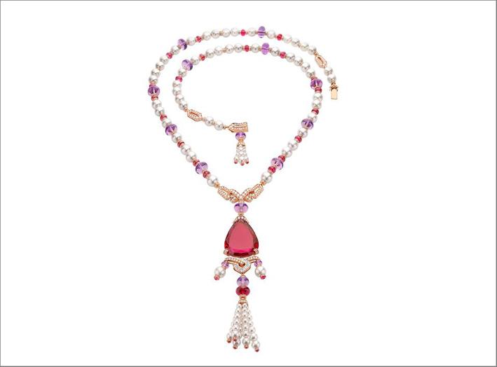 Collana Lady Rubellite in oro rosa con 97 perle coltivate bianche Akoya, 1 rubellite di pera (60,79 ct), 15 perle di ametista (99,56 ct), 31 perle di rubellite con taglio cabochon (49,26 ct), 20 diamanti fantasia con taglio a gradino (0,62 ct) e diamanti incastonati (10,83 ct). Foto: Antonio Barrella, Galleria Studio Orizzonte