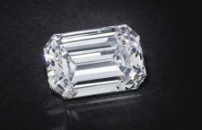 Diamante taglio smeraldo di 28,86 carati, montato su platino