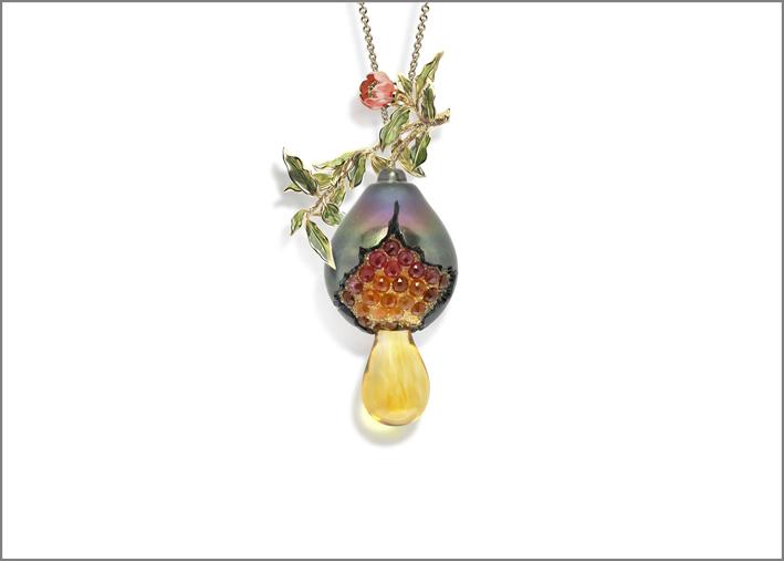 Ciondolo con perla di Tahiti intagliata e gemme