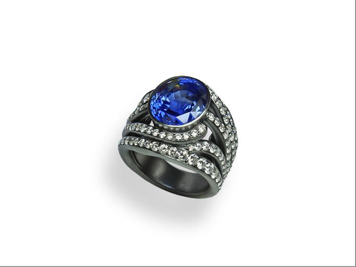 Antonini, anello della linea extraordinaire in oro rodiato nero, zaffiro di 7,8 carati e pavé di diamanti