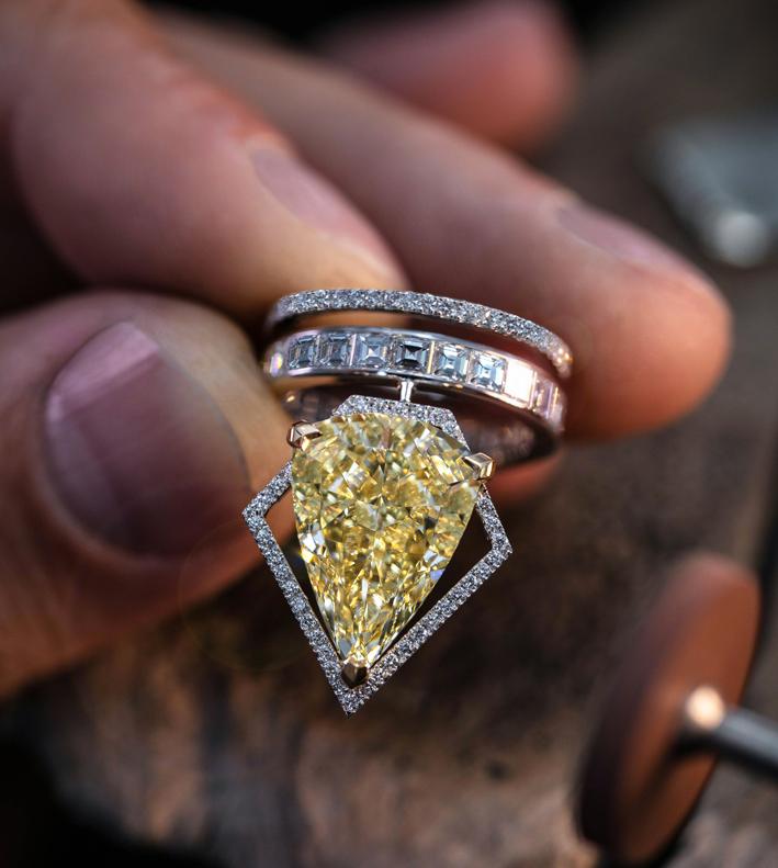 Anello Trapézistes, con diamante taglio fancy giallo pera da 10,19 carati incastonato in un pentagono