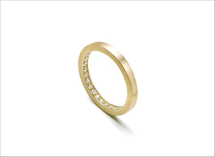 Anello eternity con diamanti all'interno della banda d'oro