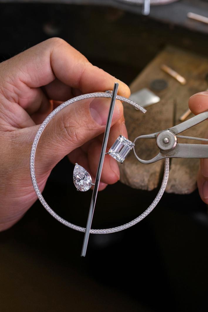 Orecchini a cerchio Danseurs Aériens con un diamante taglio smeraldo da 5,06 carati e un diamante taglio pera da 6,02 carati