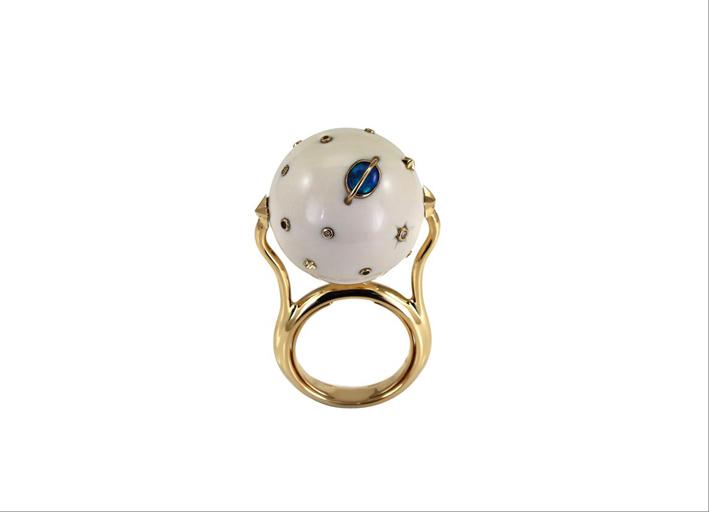 Anello in oro giallo 18 carati, zanna di mammut, diamanti bianchi, opale, zaffiri blu