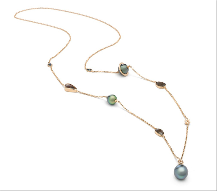 Collana in oro rosa 18 carati e oro giallo 18 carati, zaffiri blu, opale e perle