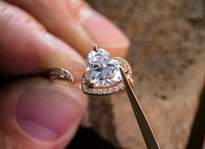 La lavorazione di un gioiello della collezione Voltige