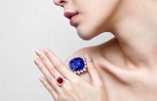 Lo zaffiro birmano Royal Blue non riscaldato di 118,88 carati e l'anello con rubino birmano di 6,41 carati
