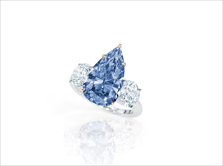 Anello con diamante vivid blue di 4,84 carati
