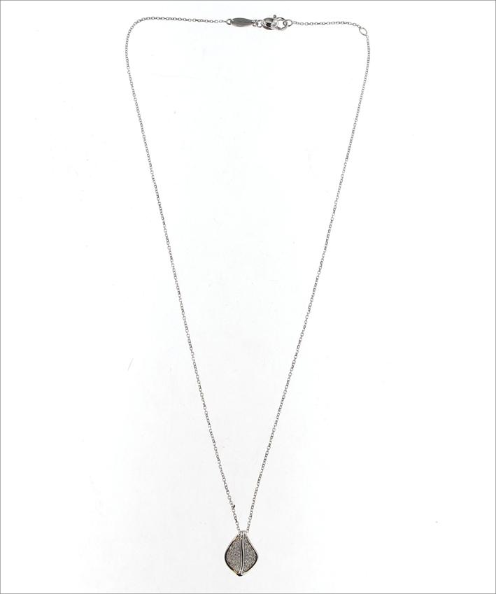 Collana in oro bianco con pavé di diamanti