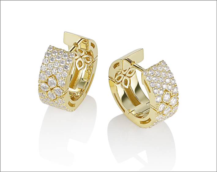 Full pavé earrings in yellow gold