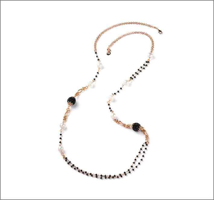 Collana in ottone placcato oro rosé con perle di fiume e cristallo nero
