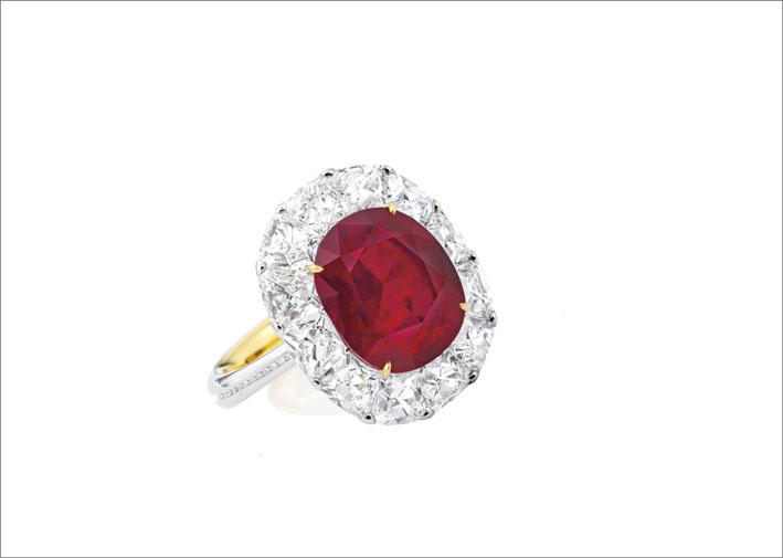 Rubino birmano color sangue di piccione non riscaldato da 6,41 carati, montato su un anello in oro giallo e bianco di 18 carati, circondato da diamanti, progettato da Forms