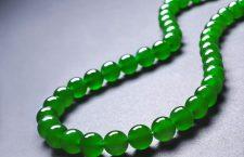 Collana di 43 perle di giadeite imperiale
