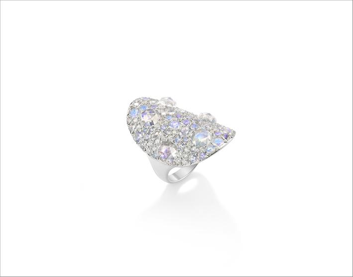 Anello Vault con pietra di luna bianca da 8,17 carati su un letto di diamanti