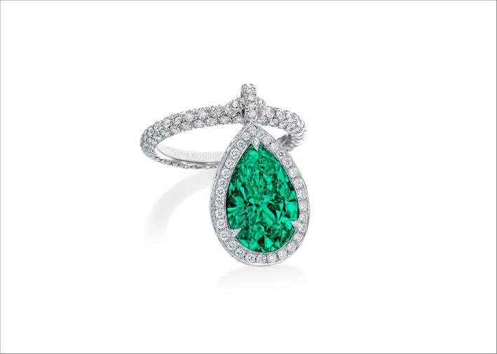 Anello con pendente di Nina Runsdorf, con smeraldo e diamanti