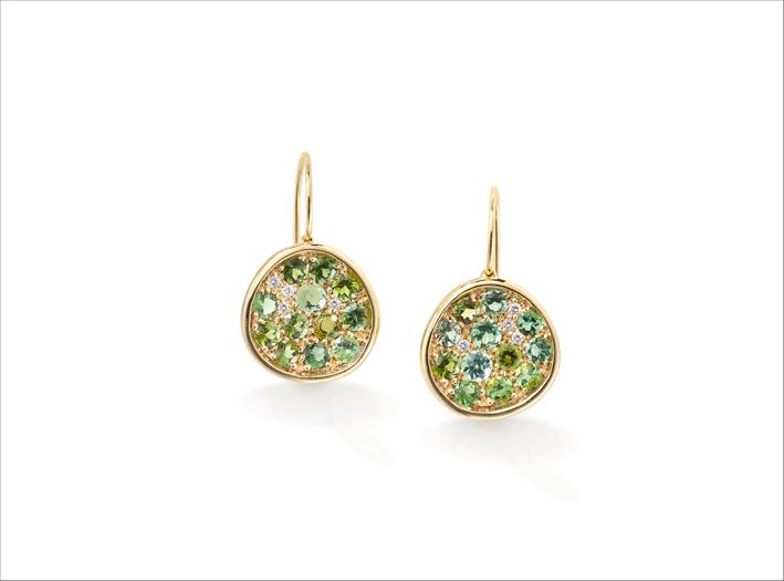 Orecchini con tormalina verde e diamanti su oro giallo
