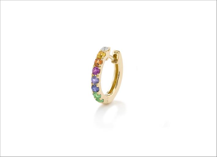 Orecchino a cerchio con zaffiri arcobaleno e tsavoriti su oro giallo 14 carati