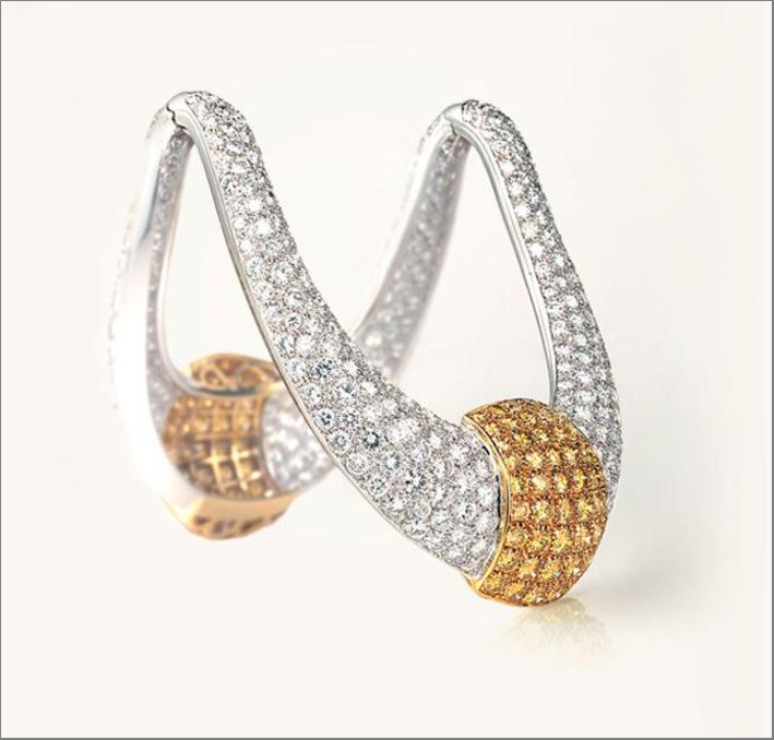 Il bracciale Shark, un gioiello in oro giallo e platino con oltre 41 carati di pavé di diamanti bianchi e jonquille.