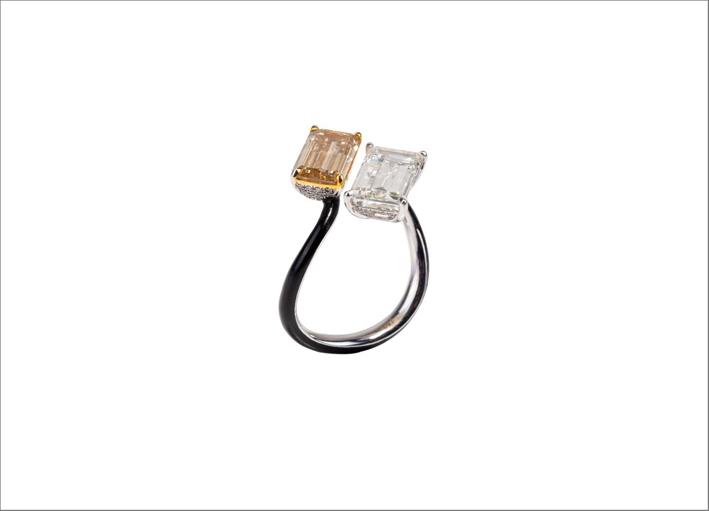 Anello Gemini in oro bianco 18 carati, diamanti brown e bianco da 2,44 carati, smalto nero
