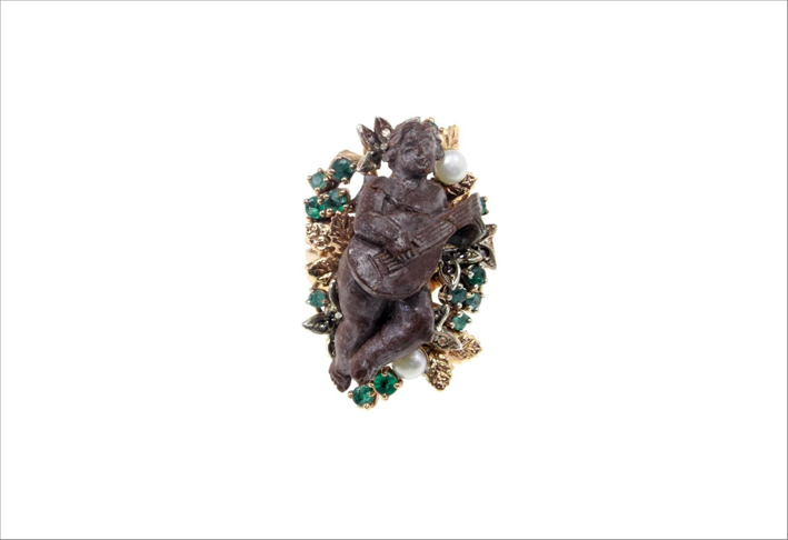 Anello in oro giallo e argento, pietra lavica, smeraldi, diamanti e perle