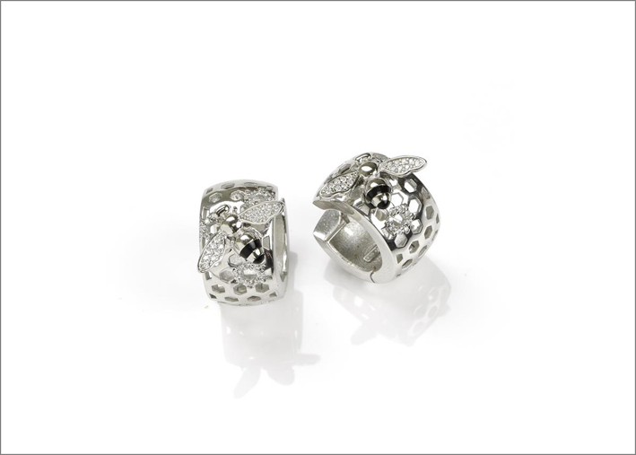 Orecchini in argento rodiato, cubic zirconia e smalto nero