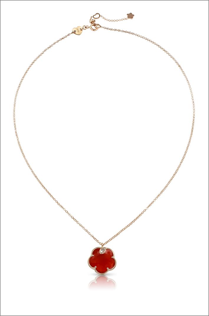 Collana in oro rosa, diamanti e corniola della collezione Petit Joli