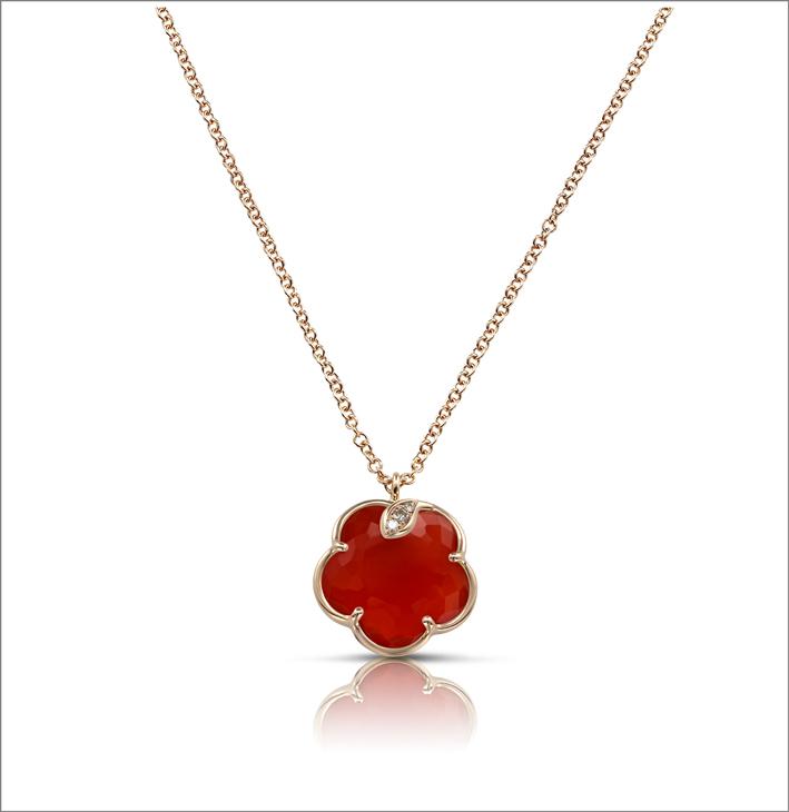 Pendente in oro rosa, diamanti e corniola della collezione Petit Joli