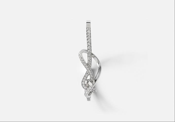 Orecchino a forma di nodo in oro bianco e diamanti
