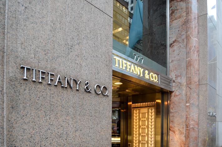 Lo store di Tiffany all'angolo tra la 57a Strada e Fifth Avenue, New York