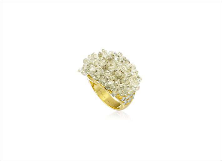 Anello in oro giallo con diamanti briolette