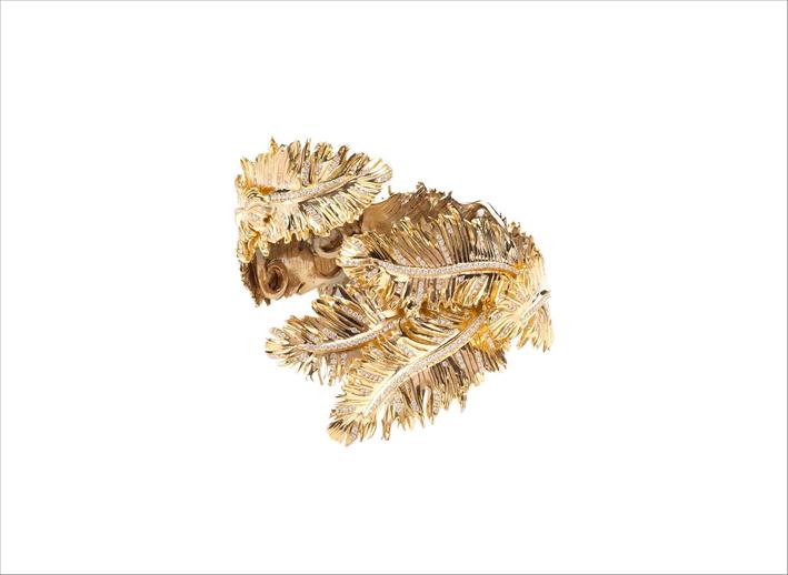 Bracciale rigido a forma di piume Sharyar, un pezzo unico realizzato in oro giallo 18 carati e diamanti