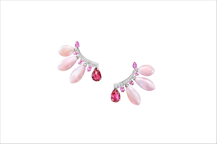 Ear cuff in oro bianco, tormalina rosa, opale rosa e diamanti