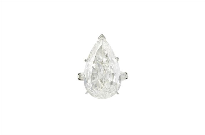 Anello con diamante taglio a pera di 38 carati