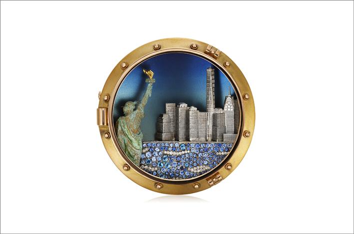 Spilla che raffigura la Statua della libertà e New York con diamanti, zaffiri, oro giallo e bianco, rame