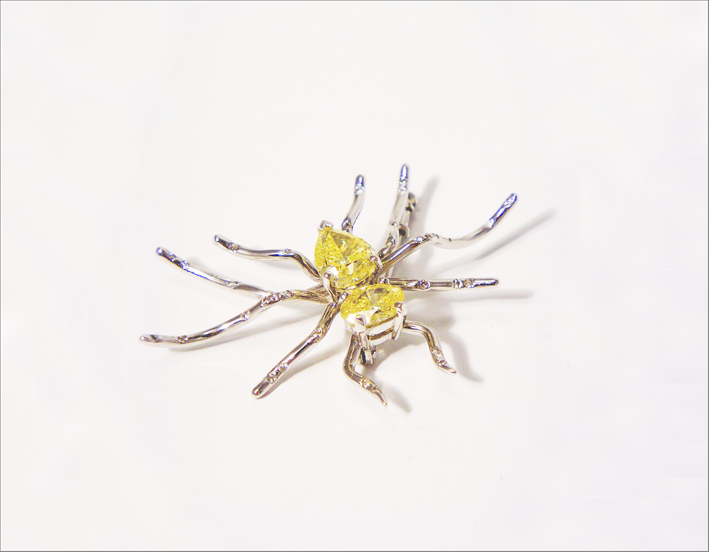 Spilla in oro bianco con diamante fancy yellow