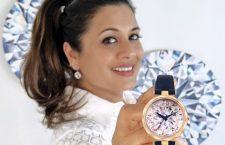 Reena Ahluwalia con l'orologio diamante di Coronet