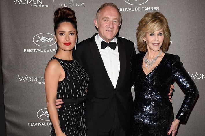 François-Henri Pinault, al centro, tra la moglie Salma Hayek (a sinistra) e Jane Fonda (a destra)