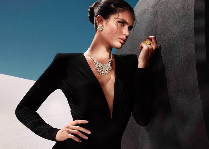 Modella con collana composta da 374 diamanti bianchi e gialli