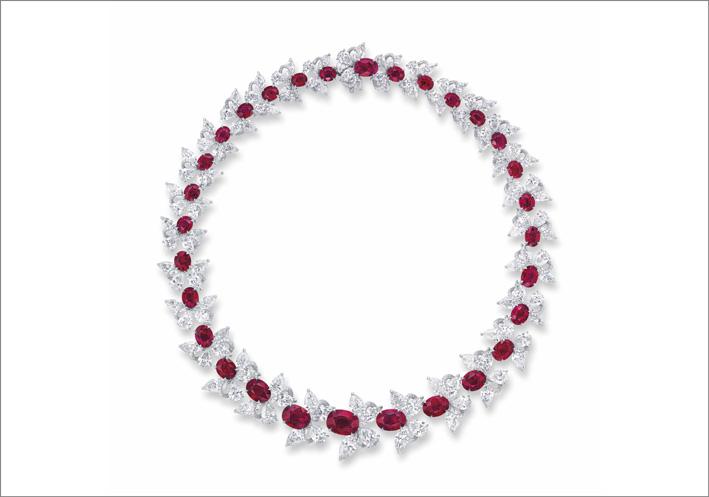 Collana con un motivo a farfalla composta da 30 rubini taglio ovale e diamanti pera e marquise