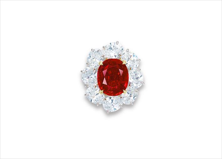 Anello con rubino di forma ovale di 10,05 carati e diamanti