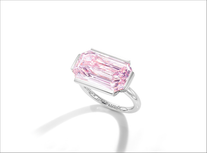 Anello con diamante fancy rosa violaceo intenso da 7 carati