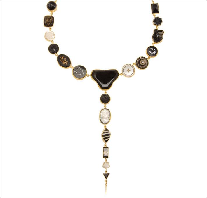 Collana in argento placcato oro 18 carati, onice, madreperla, bottone antico, cammeo, conchiglia, strass vintage e vetro vintage