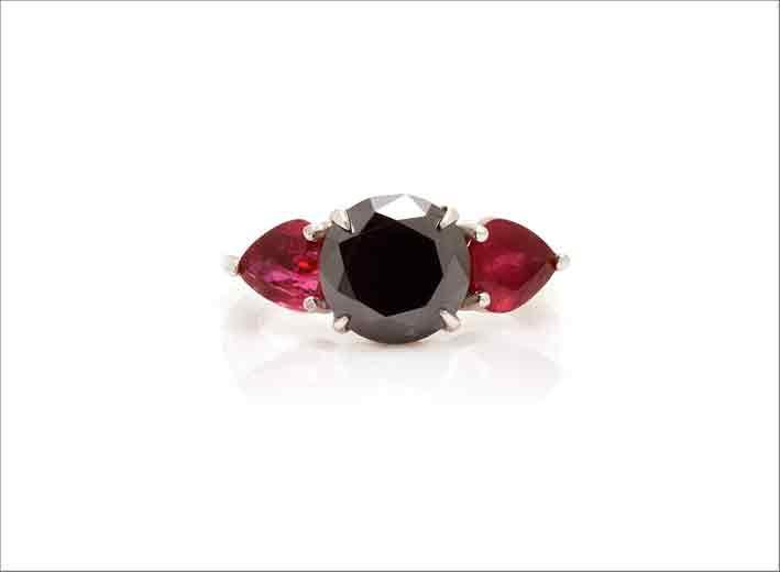 Anello in oro bianco con rubini e diamante nero