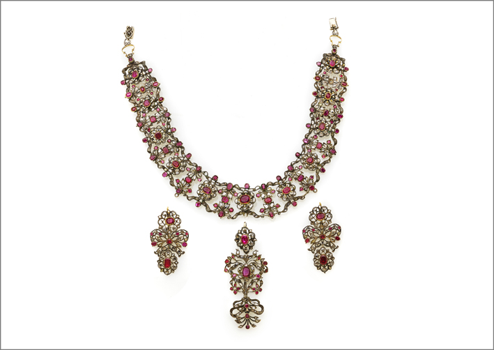 Demi-parure di fine XVIII secolo composta da collier con motivo floreale, pendente/spilla da corsetto e pendenti laterali adattati a orecchini, realizzata in argento, oro, diamanti e rubini
