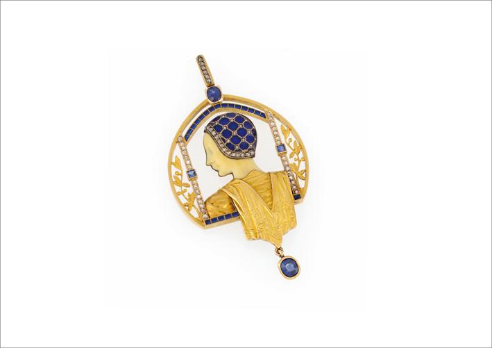 Pendente Art Nouveau realizzato in Spagna intorno al 1910 firmato Masriera Hs, raffigurante un profilo di dama in oro giallo 18 carati, smalti, diamanti e zaffiri