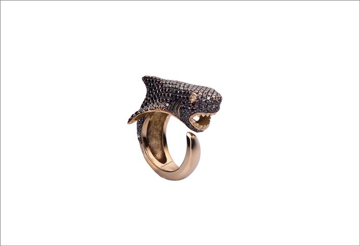 Anello squalo in argento bagnato oro con cubic zirconia