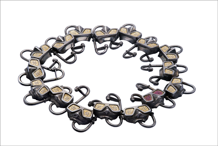 Collana snorkeling in argento 925% brunito, lenti della maschera in oro 750% con diamanti bianchi e rubini