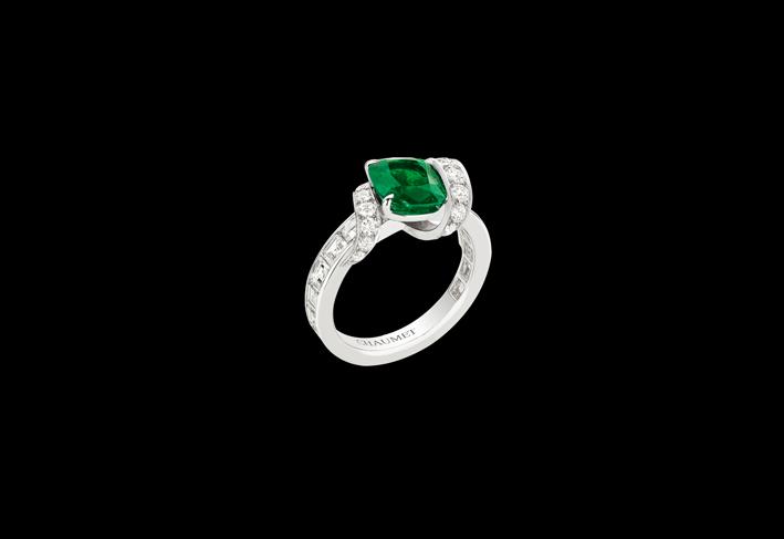 Anello in oro bianco, smeraldo e diamanti